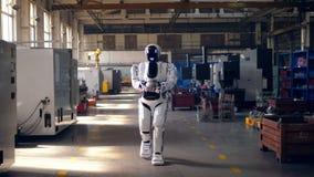 Le cyborg marche le long des lieux avec des détails en métal banque de vidéos