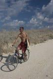 Le cycliste avec la vague déferlante Photographie stock