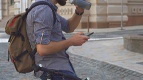Le cycliste boit l'eau sur sa bicyclette banque de vidéos