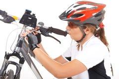 Le cycliste de fille réparent son vélo photo libre de droits