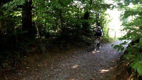 Le cycliste de montagne enroule sa manière vers le haut de montagne de Pfaender banque de vidéos