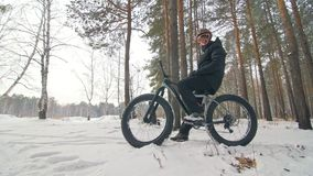 Le cycliste extrême professionnel de sportif reposent un gros vélo dans extérieur Le cycliste reposent chez l'homme de forêt de n banque de vidéos