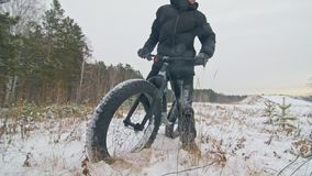 Le cycliste extrême professionnel de sportif tiennent un gros vélo dans extérieur Le cycliste reposent dans la promenade d'homme  banque de vidéos
