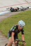 Le cycliste féminin se trouve sur la voie après accident au vélodrome d'Atlanta Photographie stock
