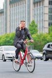 Le cycliste fait un appel téléphonique sur la route, Pékin, Chine Photos stock