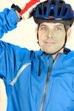 Le cycliste met en fonction le casque Images stock