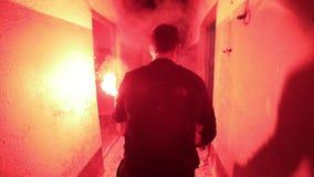 Le cycliste met le feu au signal lumineux rouge à l'intérieur du vieux bâtiment banque de vidéos