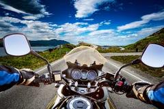 Le cycliste monte une route avec la route de l'Océan Atlantique en Norvège Premier-par Image libre de droits