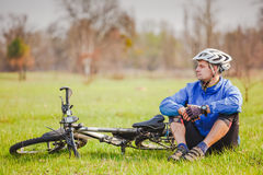 Le cycliste ont un repos avec le vélo Photos libres de droits