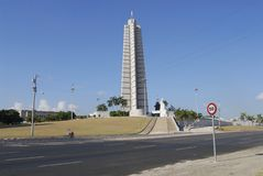 Le cycliste passe le mémorial à Jose Marti à la place de la révolution à La Havane, Cuba Photographie stock libre de droits