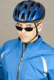 Le cycliste regarde à l'appareil-photo Photographie stock