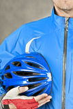 Le cycliste retient le casque 2 Photos stock