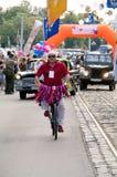 Le cycliste se déplace en avant de rétros voitures Photo libre de droits