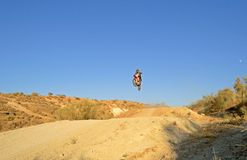 Le cycliste sur le pont ajourne le jaén Photo stock