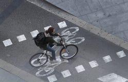 Le cycliste sur une ruelle de vélo pendant un trafic a réglé le jour à Barcelone Images libres de droits