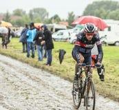 Le cycliste Sylvain Chavanel sur une route pavée en cailloutis - Tour de France Image stock