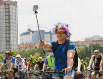 Le cycliste tire les cyclistes visuels de selfie Image stock