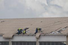 Le cyclone Idai de cons?quence et le cyclone Kenneth en Mozambique et au Zimbabwe, fixation de personnes ont endommag? le toit photos libres de droits