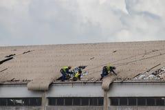 Le cyclone Idai de cons?quence et le cyclone Kenneth en Mozambique et au Zimbabwe, fixation de personnes ont endommag? le toit photo stock