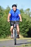 Le cykla för cyklist för pensionär manligt fotografering för bildbyråer