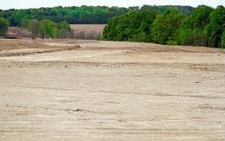 Le déboisement des arbres et les acres de terre ont nivelé et ont évalué pour faire la manière pour une nouvelle subdivision images stock