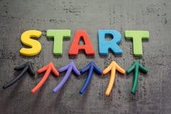 Le début d'affaires ou commencer le nouveau concept de voyage de la vie, les flèches colorées se dirigent jusqu'au mot DÉBUT sur  photo stock