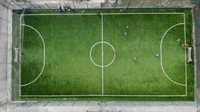 Le début d'un match de football et marquage d'un but Tir aérien d'un match de football la vue à partir du dessus banque de vidéos
