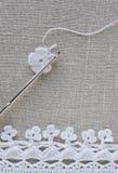 Le début de la fleur organique de napperon de coton à crochet fait main Crochet faisant du crochet vieil en métal métier créatif, Photo stock