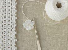 Le début de la fleur organique de napperon de coton à crochet fait main Crochet faisant du crochet vieil en métal Métier créatif  Photos libres de droits