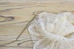 Le début de la fleur organique de napperon de coton à crochet fait main Crochet faisant du crochet vieil en métal Métier créatif  Photo libre de droits