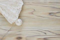 Le début de la fleur organique de napperon de coton à crochet fait main Crochet faisant du crochet vieil en métal Métier créatif  Photographie stock libre de droits