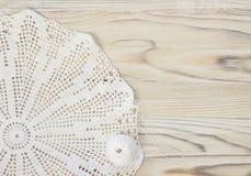 Le début de la fleur organique de napperon de coton à crochet fait main Crochet faisant du crochet vieil en métal Métier créatif  Photographie stock