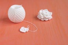 Le début de la fleur organique de napperon de coton à crochet fait main, petits doiles de crochet Métier créatif de couture, dent Photo stock