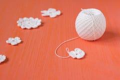 Le début de la fleur organique de napperon de coton à crochet fait main, petits doiles de crochet Métier créatif de couture, dent Photo libre de droits