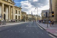 Le début de la large rue avec de nombreux bâtiments historiques Image stock