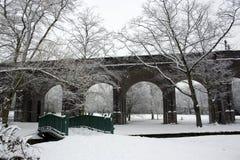 Le début de la matinée avec la neige a couvert la passerelle arquée photos libres de droits