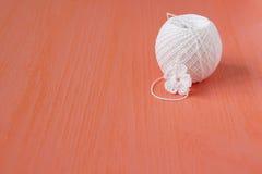 Le début de la petite fleur de napperon organique à crochet fait main de coton Métier créatif de couture, style de dentelle de Mo Photos libres de droits