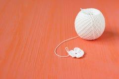 Le début de la petite fleur de napperon organique à crochet fait main de coton Métier créatif de couture, style de dentelle de Mo Photos stock