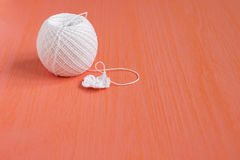 Le début de la petite fleur de napperon organique à crochet fait main de coton Métier créatif de couture, style de dentelle de Mo Photographie stock libre de droits