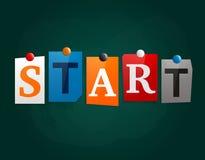 Le début de mot fait à partir des lettres de journal jointes en annexe à un tableau noir ou à un panneau d'affichage avec des aim Images stock