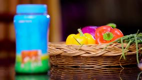 Le décalage du foyer a tiré sur le ghee en plastique de bouteille aux légumes dans la table de salle à manger banque de vidéos