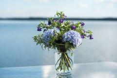 Le décor de mariage fleurit la violette bleue Photos stock