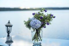 Le décor de mariage fleurit la violette bleue Photographie stock