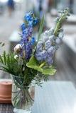 Le décor de mariage fleurit la violette bleue Images stock