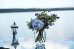 Le décor de mariage fleurit la violette bleue Photos libres de droits