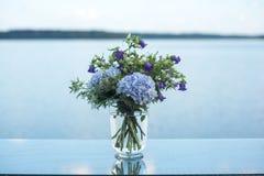 Le décor de mariage fleurit la violette bleue Image libre de droits