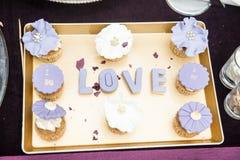 Le décor de mariage, lettres d'AMOUR sur le plateau avec le bleu a coloré des petits pains Décoration d'AMOUR sur la table de fêt Image stock