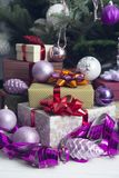 Le décor de nouvelle année avec des cadeaux sous un arbre de Noël images stock