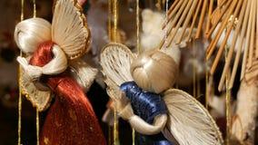 Le décor de nouvelle année et de Noël, une figure de l'ange de paille qui balance dans le vent sur le compteur du marché de Noël  banque de vidéos