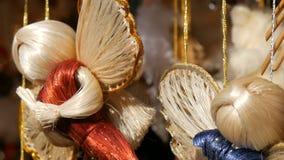 Le décor de nouvelle année et de Noël, une figure de l'ange de paille qui balance dans le vent sur le compteur du marché de Noël  clips vidéos